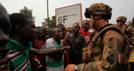 Des Centrafricains face à un soldat de l'opération française Sangaris, Bangui. REUTERS/Luc Gnago