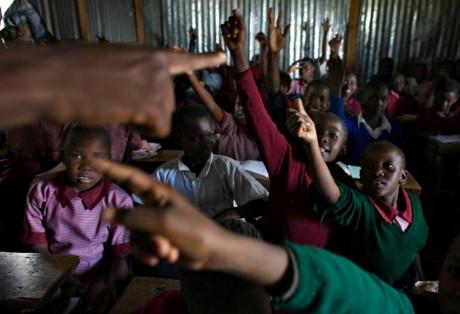Élèves habitants dans le bidonville de Kiberia à Nairobi au Kenya, REUTERS / Finbarr O'Reilly