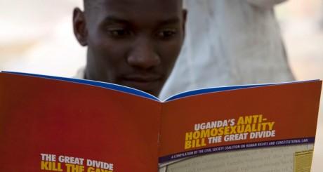 Un activiste lisant un manifeste de la société civile sur le projet de loi anti-gays, Ouganda. REUTERS/James Akena