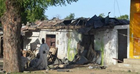 Des hommes devant une maison attaquée par Boko Haram, Etat du Borno, Nigeria / Reuters