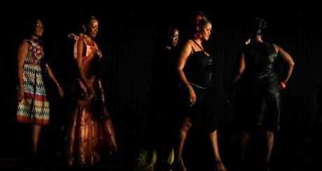 Des femmes participant à un concours de mode, Abidjan / Reuters