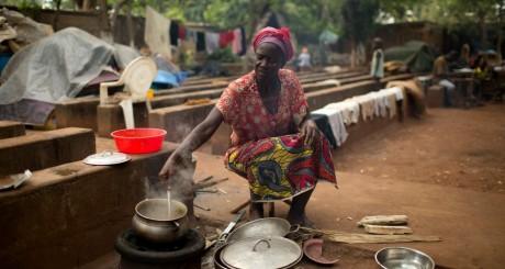Une femme cuisinant dans un camp de réfugiés à Bangui / REUTERS