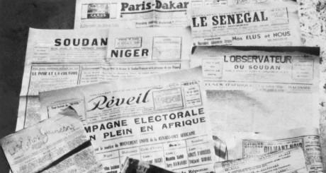 Photo prise en 1947 de journaux paraissant dans l'AOF / AFP