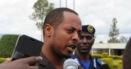 Le chanteur Kizito Mihigo répondant à la presse le 15 avril à Kigali / AFP