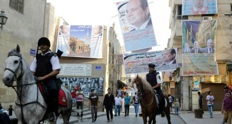Patrouille de police à la veille du scrutin, Le Caire, 25 mai 2014 / REUTERS