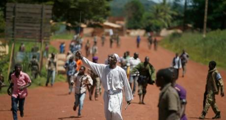 Un homme brandit une épée lors des affrontements entre Snagaris et Séléka , Bambari, 24 mai 2014 / REUTERS