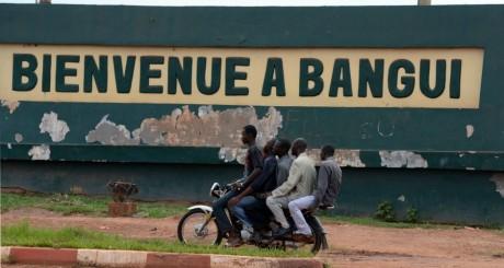 Des hommes sur une motocyclette à l'entrée de Bangui / AFP