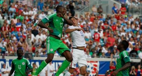 L'attaquant nigérian Shola Ameobi et un joueur des USA, lors d'un match amical, 7 juin, Floride / REUTERS
