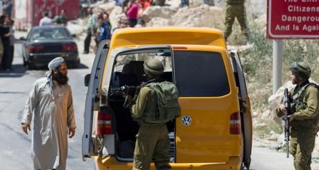Un checkpoint près d'Hébron, Cisjordanie, 15 juin 2014 / REUTERS