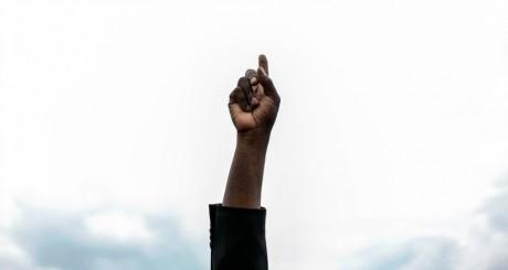 Signe de Denis Mukwege appelant à l'arrêt des violences, Bukavu, 2013 / REUTERS
