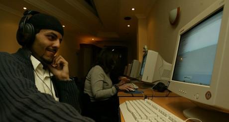 Un Algérien surfant sur Internet / REUTERS