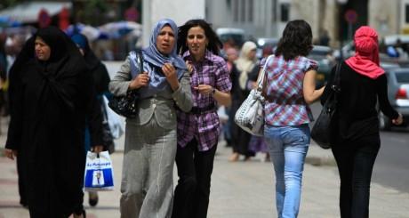 Des femmes dans une rue d'Alger / Reuters