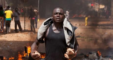 Un manifestant contre la révision constitututionnelle au Burkina Faso / REUTERS
