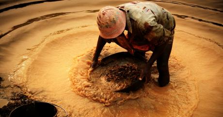 Un chercheur de diamants à Tongo Field au Sierra Leone, en 2008. Adam Cohn via Flickr.