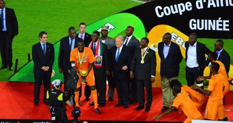 L'Ivoirien Yaya Touré reçoit le trophée de la CAN 2015 devant des dirigeants du foot africain. Ben Sutherland via Flickr.