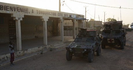 Des véhicules de l'armée française, le 21 novembre 2014 à Tombouctou. REUTERS/Joe Penney