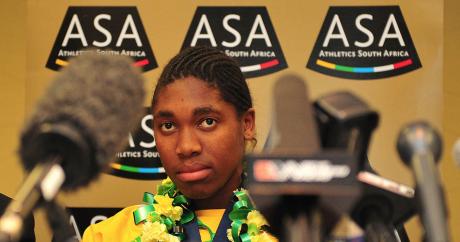 Caster Semenya lors d'une conférence de presse en Afrique du Sud en 2009. Neil McCartney via Flickr.