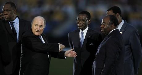 Joseph Blatter entouré de dirigeants du football africain, le 12 février 2012. REUTERS/Thomas Mukoya