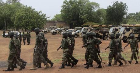 Des soldats nigérians dans la ville de Yola, le 20 mai 2013. REUTERS/Stringer