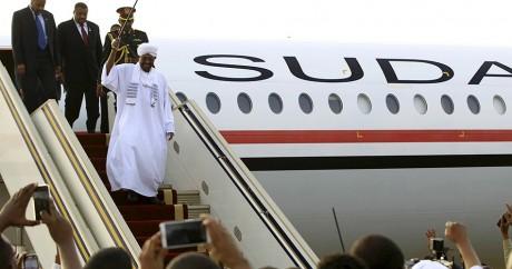 Omar el-Béchir à son arrivée à l'aéroport de Karthoum, le 15 juin 2015. REUTERS/Mohamed Nureldin Abdallah