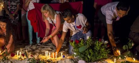 Des touristes allument des bougies en mémoire aux victimes sur la plage de Sousse. REUTERS/Zohra Bensemra