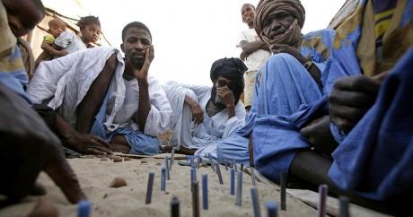 Des hommes jouent aux échecs à Nouakchott en 2007.  Crédit photo: REUTERS/Finbarr O'Reilly