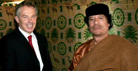 Tony Blair et Mouammar Kadhafi en 2007 à Syrte, en Libye. REUTERS/Pool New.