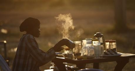 Une Sud-soudanaise prépare du café dans la ville d'Abyei, le 29 octobre 2013. Crédit photo: EUTERS/Goran Tomasevic