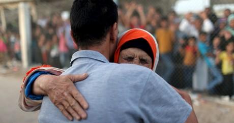 Une femme palestinienne retrouve son fils, à Rafah en Egypte, le 8 octobre 2015. Crédit photo: REUTERS/Ibraheem Abu Mustafa