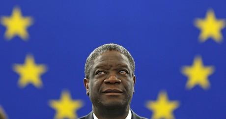 Denis Mukewege reçoit le prix Sakharov pour les droits de l'homme au Parlement européen. Crédit photo: REUTERS/Vincent Kessler