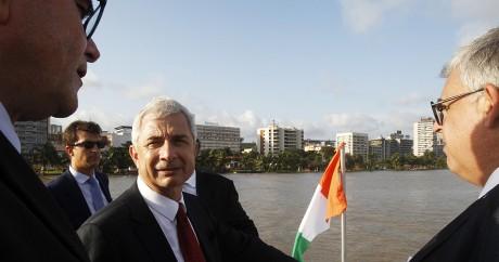 Le président de l'Assemblée nationale française, Claude Bartolone, sur la lagune d'Ebrie à Abidjan. Photo: REUTERS/Luc Gnago