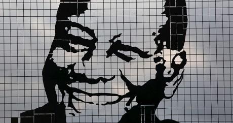 Le visage d'Alassane Ouattara s'affiche sur un immeuble à Abidjan. Crédit photo: REUTERS/Joe Penney