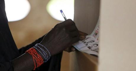 Une femme vote dans la région de Bayota, l'ancien fief de Gbagbo, le 25 octobre 2015. Photo: REUTERS/ Thierry Gouegnon