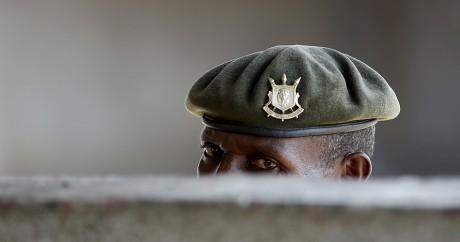 Un soldat burundais surveille des manifestants, le 29 mai 2015 à Bujumbara. Crédit photo: REUTERS/Goran Tomasevic