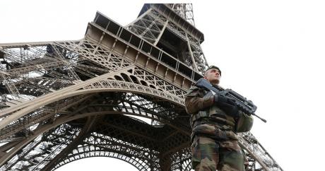 Un militaire patrouille aux alentours de la tour Eiffel au lendemain des attentats terroristes meurtriers du 14 novembre 2015 |