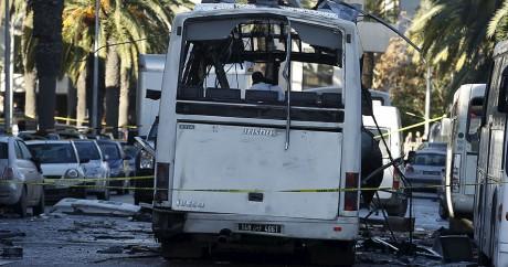 Des enquêteurs inspectent le bus de la garde présidentielle ravagé par une explosion. Crédit photo: REUTERS/Zoubeir Souissi