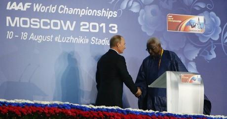 Le président russe Poutine et Lamine Diack, le 10 août 2013 aux Mondiaux d'athlétisme à Moscou. Photo: REUTERS/Kai Pfaffenbach
