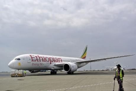 Un Boeing 787 Dreamliner de la compagnie éthiopienne Ethiopian Airlines avant son décollage de l'aéroport international Bole à