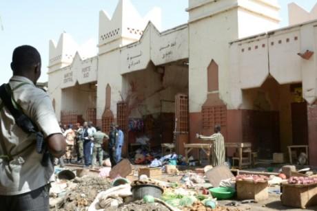 Soldats et policiers le 11 juillet 2015 sur le marché central de N'Djamena où un attentat suicide a fait 15 mortts AFP BRAHIM A