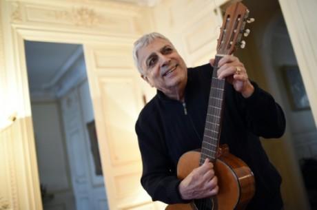 Le chanteur Gaston Ghrenassia, plus connu sous le nom de Enrico Macias, le 29 septembre 2015 chez lui à Paris. Photo AFP