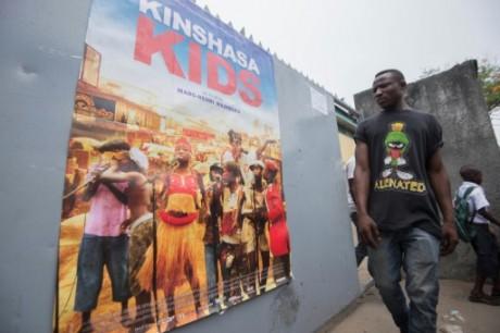 Un homme devant une affiche du film. Crédit photo AFP
