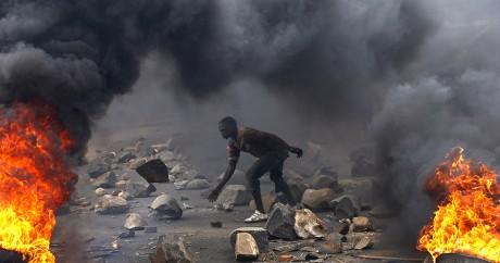 Un opposant au président Pierre Nkurunziza au milieu de barricades en feu, le 22 mai 2015. Crédit photo: REUTERS/Goran Tomasevic