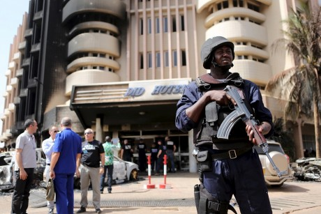 Un soldat burkinabé devant l'hôtel Splendid, le 17 janvier à Ouagadougou. Crédit photo: REUTERS/Joe Penney