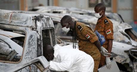 Des enquêteurs inspectent des voitures calcinées devant le Splendid hotel à Ouagadougou le 17 janvier. Photo: REUTERS/Joe Penney
