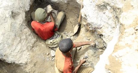 Des mineurs extraient du cobalt dans une mine à Tulwizembe en RDC, le 25 novembre 2015. Crédit photo: REUTERS/Kenny Katombe