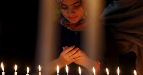 Une jeune fille prie pour les victimes de l'attaque terroriste de l'université de Bacha Khan au Pakistan. REUTERS/Khuram Parvez