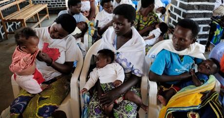 Des mères et leurs enfants dans le centre de santé de Nyamata au Rwanda, le 3 septembre 2010. Crédit photo: SHANNON JENSEN/AFP