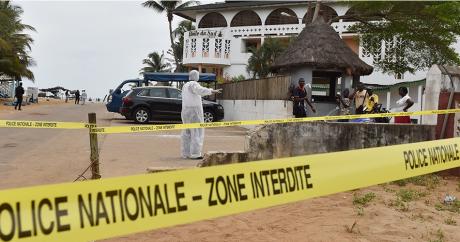 Des policiers inspectent la plage autour de l'hôtel l'Etoile du Sud, à Grand-Bassam lundi 14 mars. Photo: ISSOUF SANOGO/AFP