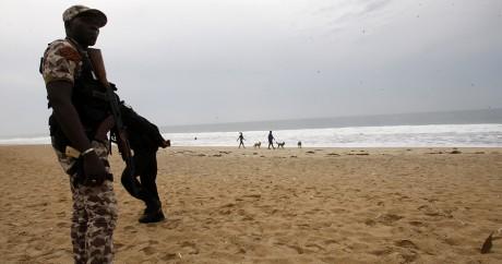 Un soldat ivoirien sur la plage de Grand-Bassam le 18 mars 2016. Crédit photo: STR / AFP