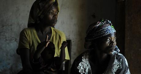 Deux femmes congolaises violées dans le village de Nakiele le 3 juillet 2011. Crédit photo: TONY KARUMBA / AFP